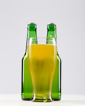 Becher mit frischem bier