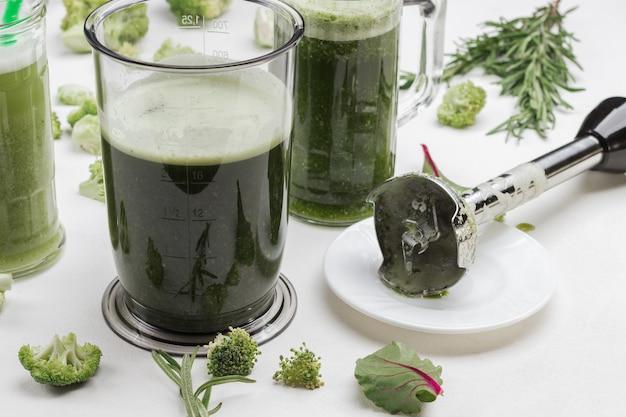 Becher mit grünen gemüsesmoothies.