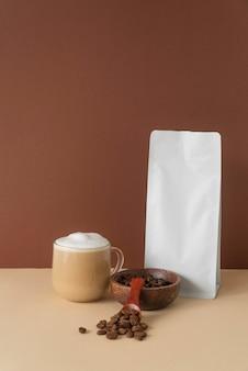 Becher mit leckerem kaffee auf dem tisch
