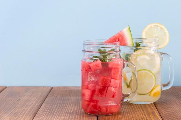 Becher mit wassermelonen- und zitronengetränken