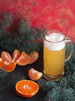 Becherhandwerk-mandarinen-weihnachtsbier auf hellem festlichem hintergrund