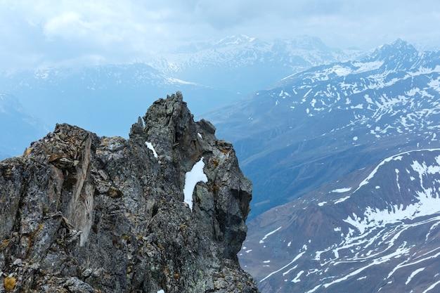Bedeckter bergblick mit steinigem felsen über dem abgrund (nahe kaunertal gletscher an der österreichisch-italienischen grenze)