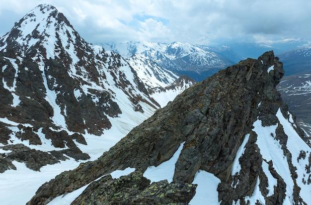 Bedeckter bergblick von der oberen station des karlesjoch-seilbahns (3108 m, nahe kaunertal gletscher an der österreichisch-italienischen grenze)
