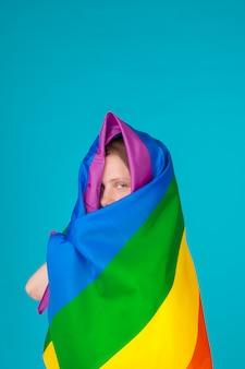 Bedeckung der jungen frau mit lgbt stolzflagge