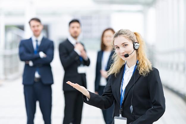 Bediener trägt headset