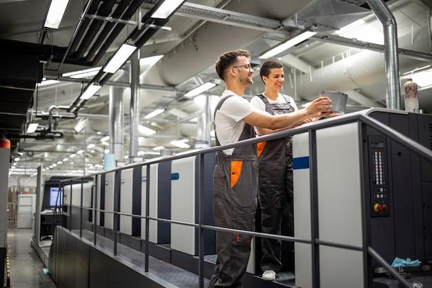 Bediener von druckmaschinen, die den druckprozess und die qualitätskontrolle kontrollieren.