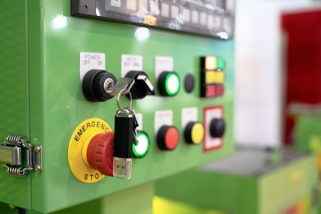 Bedienfeld der maschinenautomation mit flash-laufwerk auf notfall-taste