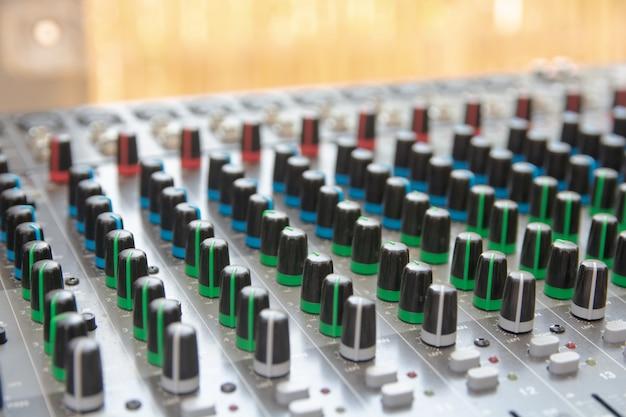 Bedienfeld für audio-sound-mixer. soundkonsolentasten zum einstellen der lautstärke
