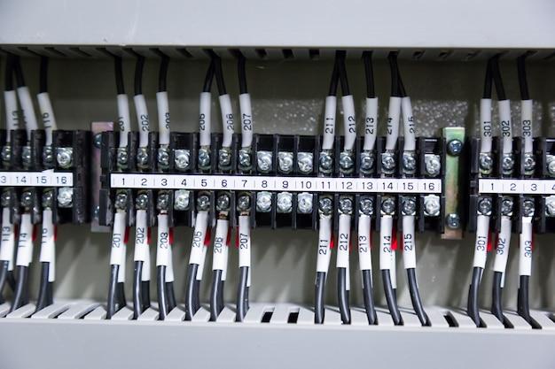 Bedienfeld im kontrollraumstrom elektrisch.