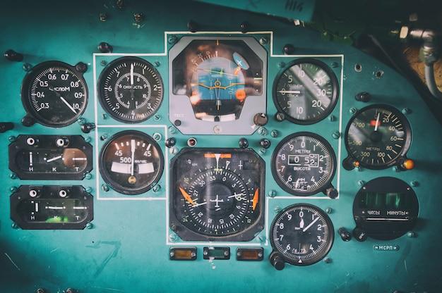 Bedienfeld in einem alten udssr-flugzeugcockpit