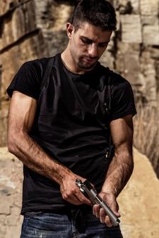 Bedrohlicher mann mit einer pistole