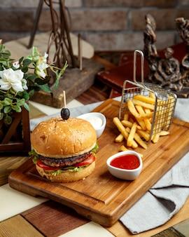 Beef burger serviert mit pommes frites ketchup und mayonnaise