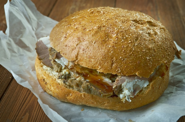 Beef on weck-sandwich, das hauptsächlich im westen von new york zu finden ist