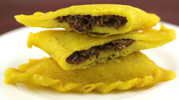 Beef samosa aus südostasien auf weißem teller