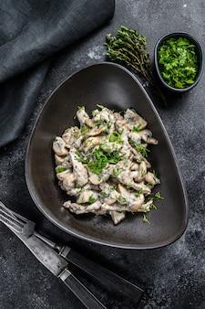 Beef stroganoff mit pilzen und frischer petersilie auf einem teller
