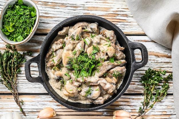 Beef stroganoff mit pilzen und frischer petersilie
