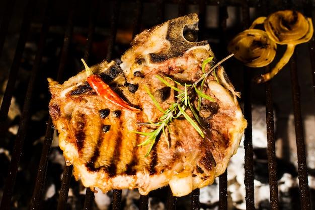 Beefsteak mit gewürzen grillen