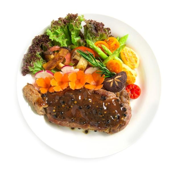 Beefsteak mit schwarzer paprikasauce dekorieren frischen rosmarin, gegrillten brokkoli
