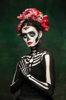 Beeil dich junges mädchen wie santa muerte saint death oder sugar skull mit hellem make-up