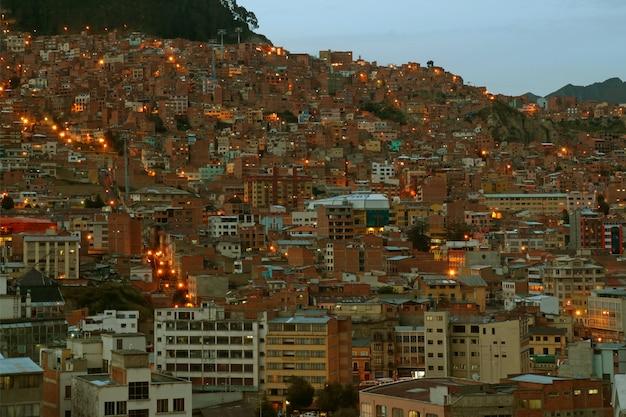 Beeindruckende abendansicht von light up hillside dwelling in la paz, bolivien, südamerika