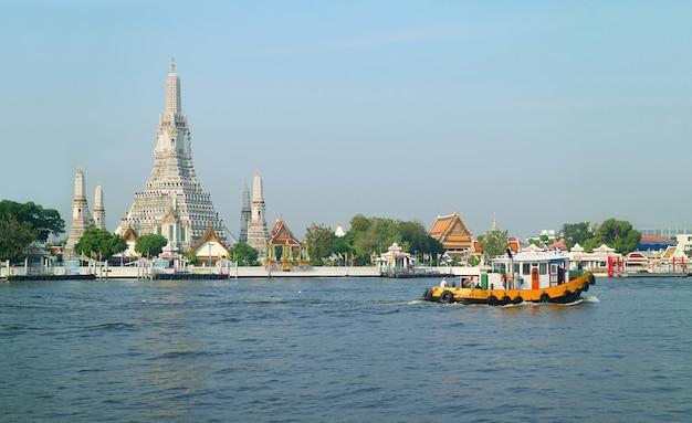 Beeindruckende ansicht des wat arun oder des tempels der morgenröte am chao phraya flussufer, thonburi bezirk, bangkok, thailand