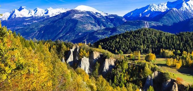 Beeindruckende italienische alpen im aostatal in goldenen herbstfarben