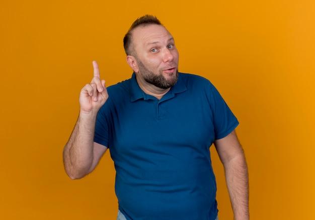 Beeindruckter erwachsener slawischer mann, der finger hebt