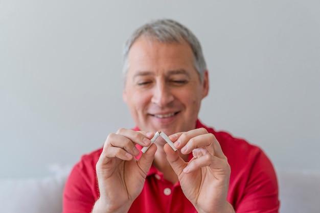 Beenden sie das rauchen - männliche hand, die zigarette zerquetscht