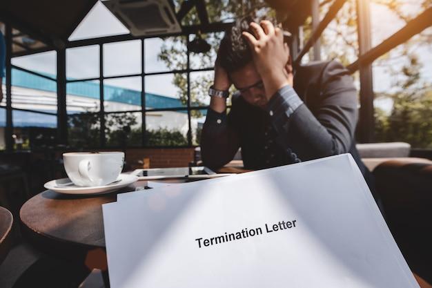 Beendigung des beschäftigungs- und entlassungskonzeptes, betonter geschäftsmann, der unten nach empfangener beendigung glaubt
