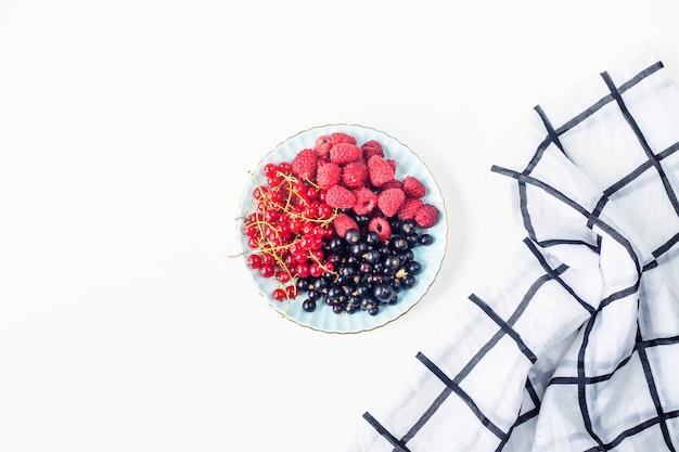 Beeren auf einer platte auf einem weißen hintergrund