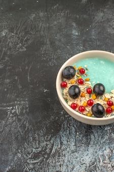 Beeren blaue schüssel der appetitlichen beeren auf dem grauen tisch