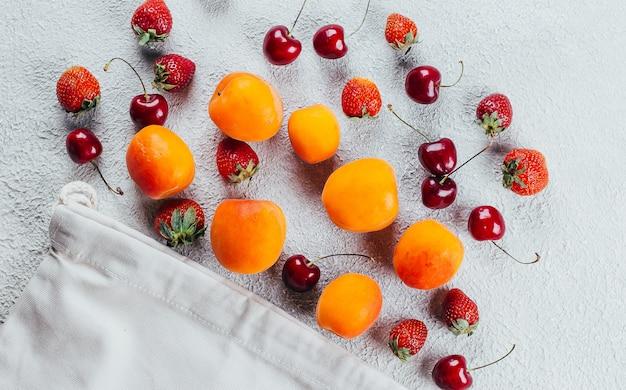 Beeren - erdbeere, kirsche und aprikose.