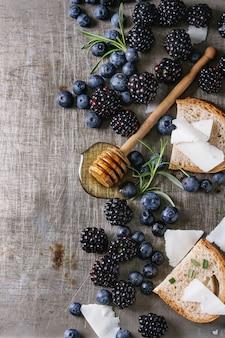 Beeren, honig und rosmarin