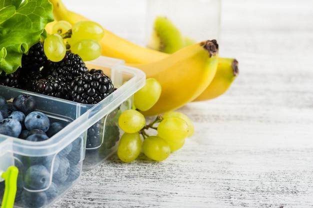 Beeren in brotdose und früchten
