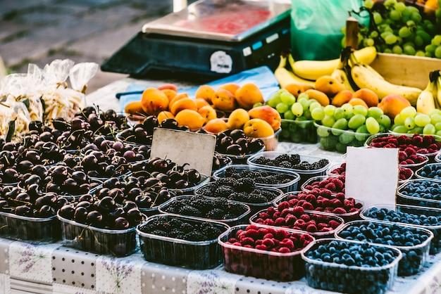 Beeren in kisten auf dem marktmarkt präsentieren