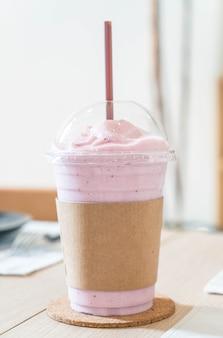 Beeren-joghurt-smoothie mischen