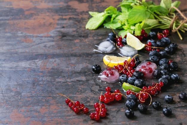 Beeren, limette, minze und eis