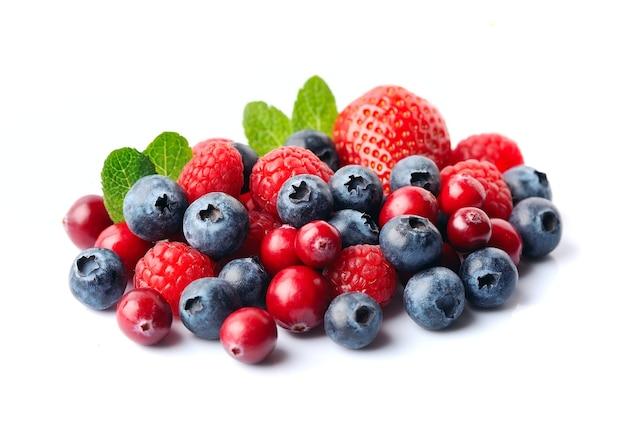 Beeren mit minze lokalisiert auf weißem hintergrund. erdbeere, heidelbeere, cranberry, himbeere.