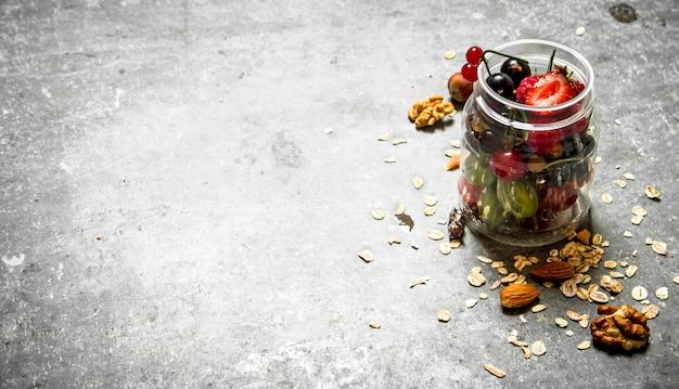 Beeren mit müsli und nüssen