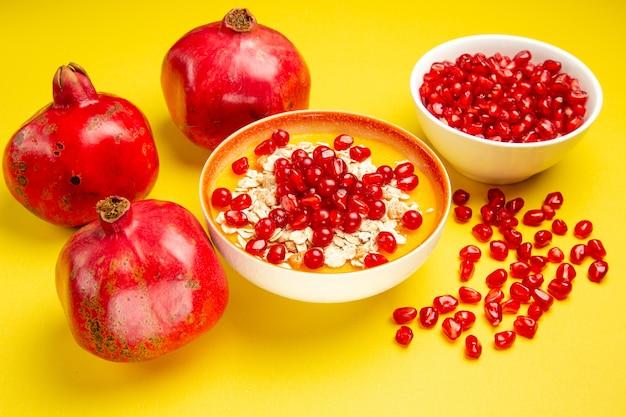 Beeren rote johannisbeeren haferflocken und samen von granatäpfeln in den schalen