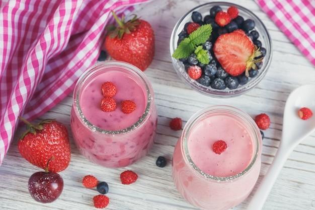 Beeren-smoothies und früchte