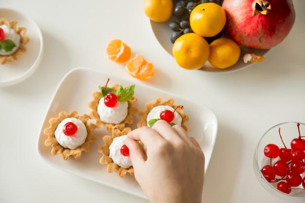 Beeren-törtchen serviert am tisch