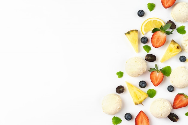 Beeren und eisbälle auf weißem hintergrund. sommer-konzept.