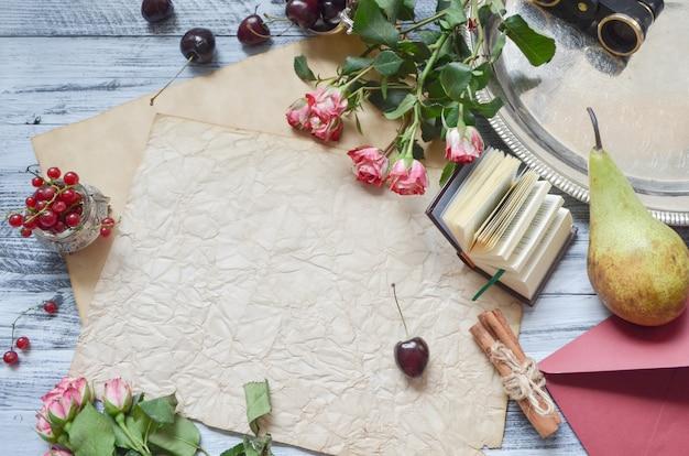 Beeren und rustikale leere schablone der früchte