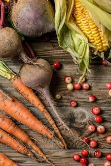 Beeren und rustikales gemüse