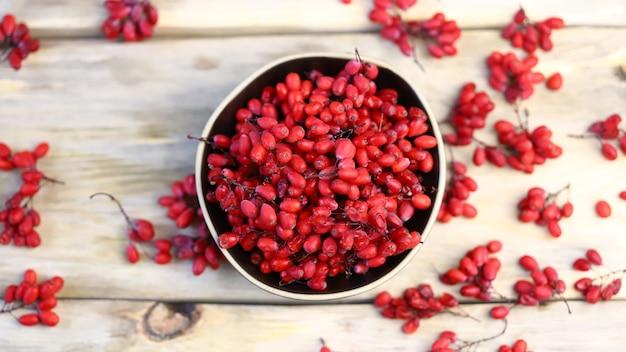 Beeren und trauben von berberitzen in einer schüssel.