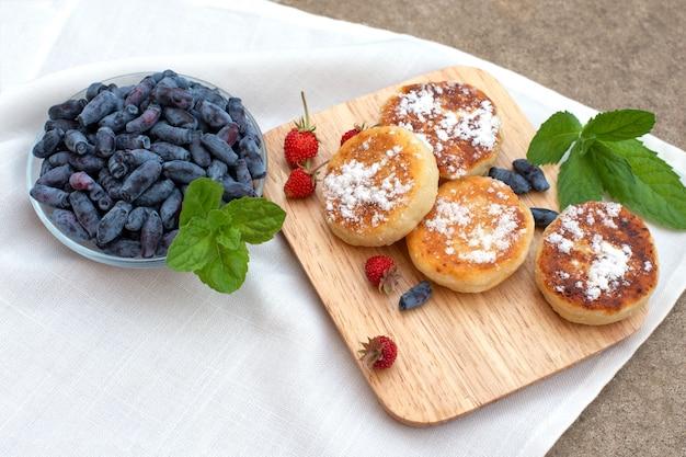 Beeren von geißblatt und walderdbeeren mit pfannkuchen