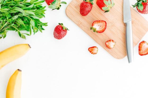 Beerenfrüchte, die auf geschnittenem brett schneiden
