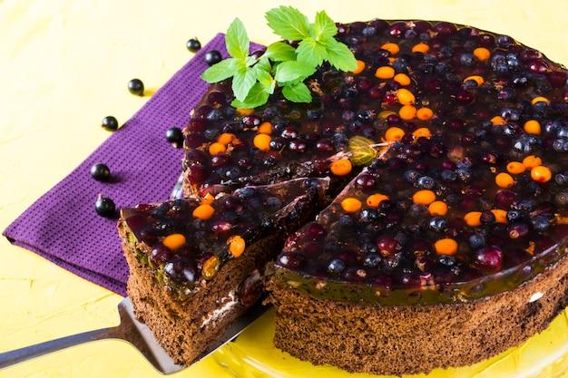 Beerenkuchen, johannisbeere, gelee auf purpurroter serviette. dessert. valentinstag. frauentag. bäckerei