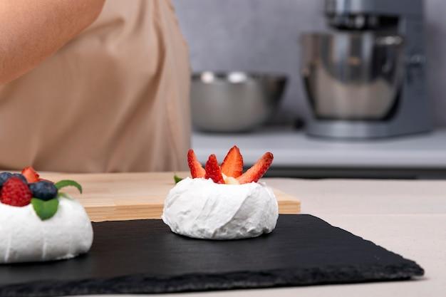 Beerenkuchen mit erdbeeren und blaubeeren. dessertherstellungsprozess.